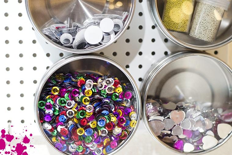 burkar med småsaker i ateljén